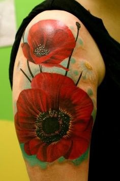 The red poppy flowers sleeve tattoo looks floating on the arm of the man, which is rendered in realistic way.