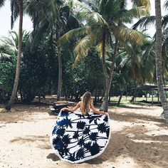 DIY round beach towel, the essential accessory of the summer! Marie Claire, Piscine Diy, Surf Decor, Pool Accessories, Beach Essentials, Beach Blanket, Beach Wear, Surf Girls, Diy For Girls