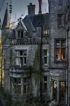 Abandoned castle in Ireland ~~ For more:  - ✯ http://www.pinterest.com/PinFantasy/arq-~-abandonado-ruinas/