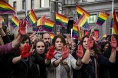 Siete detenidos por pegar a una pareja gay en la plaza de Chueca. Un arrestado agredió a dos policías y destrozó un coche patrulla. F. Javier Barroso | El País, 2016-08-20 http://ccaa.elpais.com/ccaa/2016/08/20/madrid/1471712454_087546.html