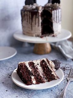 This cookies and cream cake is so moist! It has chocolate cake, whipped cream cheese and oreo filling, oreo buttercream, and chocoalte ganache drip. Cake By The Pound, Whipped Buttercream, Oreo Filling, Cookie Dough Frosting, Cookies And Cream Cake, Types Of Desserts, Smooth Cake, Chocolate Drip, Frozen Cake