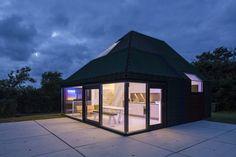 Een gegarandeerd droge vakantie in een waterdicht rubberen vakantiehuis. Benthem Crouwel Architects bouwde samen met Bouwbedrijf Dekker de Vries dit bijzon