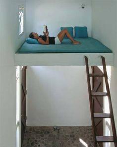 A cama suspensa, projetada numa área bem ventilada, foi pensada pelo arquite...