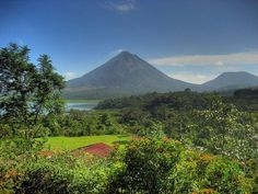 Es un volcan en Costa Rica. Esta en Costa Rica.  Se puede a buscar a volcan.