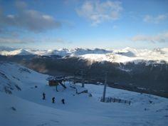 Cerro Castor  Cerro Castor es uno de los centros de deportes invernales más importantes de Argentina, ubicado en la provincia más austral del mundo, con un paisaje rodeado de mar y montañas. El centro cuenta con pistas de sky para todas las exigencias y medios de elevación muy modernos.