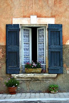 Lace curtains and window+blue shutters in the south of France - Bonnieux
