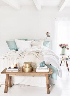 Sweet Dreams! In diesem wunderschönen Schlafzimmer stimmt jedes Detail. Eine einzigartige Leinenbettwäsche, Deko-Accessoires aus Naturmaterialien, sanfte Farben und die Leinen-Tagesdecke Janina sorgen für einen luftig leichten Sommer Look. Just perfect! // Schlafzimmer Ideen Bettwäsche Bett Kissen Bank Holz Deko Dekoration Hocker Nachttisch Beige Skandinavisch #Schlafzimmer #Schlafzimmerideen #Bettwäsche #Bett #Kissen #Korb #Hocker #Nachttisch #Skandinavisch #Holzbank #Bettbank