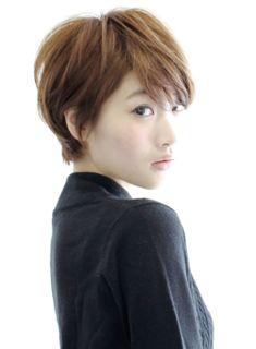 大人っぽいショートにしたい人にオススメです。頭の形に自信がない方でも骨格矯正をしてきれいなシルエットにしていきます。シルエットをキレイに見せる為に後頭部にボリュームを出して、えりあしがキュッとしまるように内側を短く切って浮いてしまうクセをでないように切っています。インスタグラム@otsumiramuki #kimura_hair #きむらみつお #kimuramitsuofacebook #木村光男他にも作品見れるので是非見てください!!