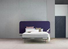 Bonaldo, letto Contrast Bed, design Alain Gilles; la testata può essere vestita con diverse tipologie di tessuto.