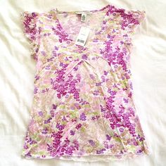 NWT BANANA REPUBLIC floral tee -Sz XS Pretty floral tee from BANANA REPUBLIC in size XS. NWT and in excellent condition. No flaws! So sweet and perfect for summer! Banana Republic Tops Tees - Short Sleeve