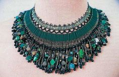 emerald necklace of beads - bette kelly - Gorgeous collar. Scheme included on the site. Seed Bead Jewelry, Beaded Jewelry, Jewelry Necklaces, Beaded Necklace, Beaded Bracelets, Handmade Beads, Handmade Jewelry, Bohemian Jewellery, Vintage Jewellery