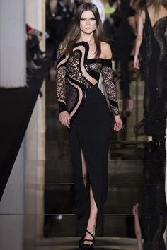 Atelier Versace Parigi - Haute Couture Spring Summer 2015 - Shows - Vogue. Atelier Versace, Versace 2015, Donatella Versace, Gianni Versace, Couture 2015, Spring Couture, Style Couture, Haute Couture Fashion, Runway Fashion