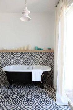 Like having the TILE run up the WALL finishing with a wooden SHELF - Salle de bains vintage avec baignoire ancienne et carreaux de ciment. Estilo Interior, Home Interior, Bathroom Interior, Interior Design, Bathroom Gray, Bathroom Remodeling, Damask Bathroom, 1920s Bathroom, Moroccan Bathroom
