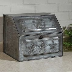 Welcome to Here is a Galvanized Star Metal Bread Box by Park Designs. Replica of vintage bread box. Made of galvanized tin. Measures cm) x cm) x BRAND NEW! Farmhouse Kitchen Decor, Vintage Farmhouse, Farmhouse Chic, Hardware Organizer, Bread Storage, Vintage Bread Boxes, Star Wars, Box Shelves, Rustic Bedding