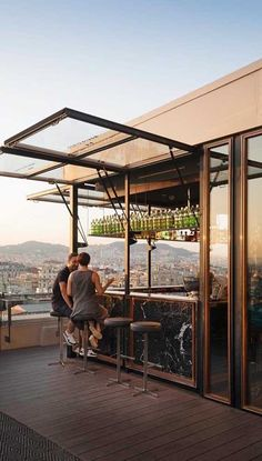 restaurant arquitectura The bar opens and closes by operating the small swing gate Rooftop Design, Rooftop Bar, Patio Design, Exterior Design, Home Room Design, House Design, Glass Garage Door, Outdoor Kitchen Bars, Cafe Interior Design