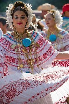 Dançarinas, em dança folclórica com hinos de louvor - Panamá