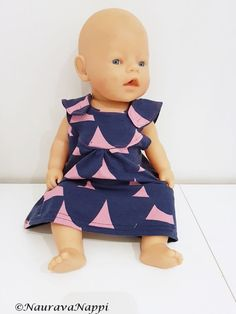 Aioin jo viime syksynä tehdä tyttöjen nukelle vaatteita, mutta jostain syystä asia sitten kuitenkin jäi. Päätin ottaa itseäni niskasta kiinni ja toteuttaa niitä vaatteita pukinkonttiin. Meidän nukke o