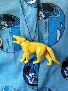 Colgante lobo amarillo.   $15  via Bahía, confecciones, recuerdos y puestas de sol.. Click on the image to see more!