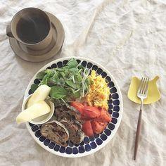 あさごはん。  今日の🍞は、まちのパーラーのフルッタと、くるみといちじくのコンプレ 😋  さ、セールに行って来よ🐾  #arabiafinland #arabiatuokio #トゥオキオ#イイホシユミコ #トリプレート #クチポール #まちのパーラー #くるみといちじくのコンプレ #フルッタ #朝ごはん #朝食 #breakfast #朝ごパン #おうちごはん #おうちカフェ #foodshot #onthetable #onmytable #暮らし #北欧食器 #スクランブルエッグ #scrambledeggs