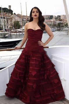 艾西瓦娅·雷 (Aishwarya Rai) 身穿Oscar de la Renta酒红色礼服现身2015戛纳电影节