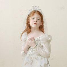 A alemã Loretta Lux é uma das nossas artistas preferidas. Ela é pioneira no uso do Photoshop para manipular imagens. Seus retratos de crianças são emocionantes. Visite seu site oficial para ver mais obras, simplesmente imperdível!!!!