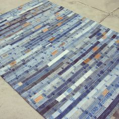 Recycled denim rug DIY craft creative idea blue Alfombra de tela reciclada de pantalones tejanos jeans Manualidad