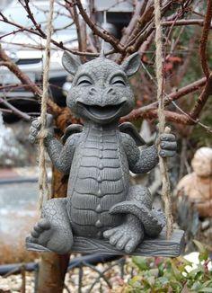 Gartenfigur-Drache-sitzt-auf-Schaukel-Figur-Frostfest-Garten-Dekoration-NEU