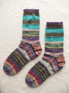 靴をはいて柄を見せても、ぬいでもカワイイ!3種類の柄の違う毛糸をつなげて編みました。手編み1点モノ丈が長めなのでクシュっとルーズにはくのもおすすめです。着用し...|ハンドメイド、手作り、手仕事品の通販・販売・購入ならCreema。