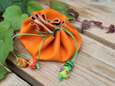 geldbuideltje van leer Fun Events, Leather Craft, Purses And Bags, Crafts For Kids, Feather, Van, Sewing, School, Fabric