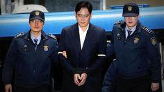 Seúl: Condenaron a cinco años de cárcel por corrupción al heredero de #Samsung   El heredero del mayor conglomerado empresarial de Corea del Sur Lee Jae-yong fue hallado también culpable de malversar 6.400 millones de wones (48 millones de euros) ocultar activos en el extranjero y perjurio por haber dado varias versiones en sus comparecencias judiciales. Además Lee entregó sobornos a la ex presidenta Park Geun-hye para que el gobierno permitiera una fusión de dos filiales de Samsung…