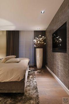 Warm Bedroom, Modern Master Bedroom, Tv In Bedroom, Master Bedroom Design, Bedroom Decor, Lighting In Bedroom, Home And Deco, Luxurious Bedrooms, House Rooms