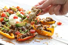 nl - Gezonde nacho's gemaakt met gehakt, kruiden, paprika, avocado, kaas en zure room. Lunch Recipes, Mexican Food Recipes, Low Carb Recipes, Healthy Recipes, Ethnic Recipes, Low Carb Granola, Grass Fed Butter, Hummus Recipe, Cauliflower Recipes