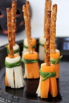 These easy Witch's Broomstick Snacks are sure to be a big hit at any Halloween Party. The snacks are simple to assemble and when stood up fill a nice amount of space on a Halloween Halloween Party Snacks, Halloween Fingerfood, Recetas Halloween, Hallowen Food, Halloween Goodies, Snacks Für Party, Easy Snacks, Appetizers For Party, Halloween Witches