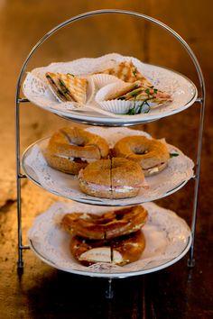 DIE HERZHAFTE - Herzhafte Sandwiches mit Prosciutto und Ruccola, österreichische Laugenbrezeln mit Butter und herzhafte Bagels mit Schinken oder Frischkäse.