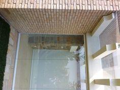 Particolare della copertura superiore, realizzata in vetro di sicurezze, fissata con connettori vetro-vetro laccato ral 9010, fissati sulle travi in legno.