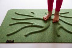 Rovné podlahy škodí našim nohám. Svaly, které jsou v chodidle, musí být procvičovány, aby urdžely všech 26 kostí, které chodidlo obsahuje. Pokud svaly nejsou procvičovány, dochází ke zdravotním problémům v chodidle. Zdravé a silné nohy potřebují zapojit všechny svaly a trénovat je. Tím se předchází ortopedickým problémům a primárně plochým nohám, kterými trpí více než 50 % světové populace. Doplňte zdravou chůzi v přírodě i interiérovým doplňkem - kořenovým kobercem - RootyRUGem. Lime, Green, Limes, Key Lime