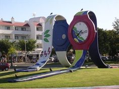 Relógios (Wristwatches) is a work by the Portuguese artists Armando Reis and António Cavaco. It´s placed in a roundabout in Albufeira. Outdoor Sculpture, Sculpture Art, Amazing Street Art, Amazing Art, Awesome, Claes Oldenburg, Building Signs, Unique Buildings, Roadside Attractions