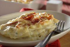 Las papas son la guarnición perfecta para acompañar casi cualquier platillo. La receta de gratín de papas es fenomenal, papas con queso gruyere, tomillo y unas finas láminas de tocino, un platillo espectacular, además de ser una receta muy sencilla de cocinar.