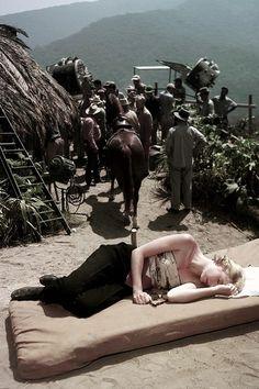 Grace Kelly toma una siesta rápida en el set de Green Fire, (1954)