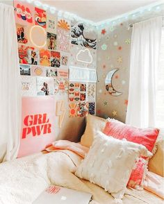 ✔ 50 cute dorm rooms we're obsessing over right now 9 – Home Design Inspirations Cute Bedroom Ideas, Room Ideas Bedroom, Teen Room Decor, Bedroom Inspo, College Bedroom Decor, Girls Bedroom Colors, Bedroom Signs, Girl Bedrooms, Cool Dorm Rooms