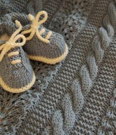 Copertina con trecce e scarpine Knit Baby Shoes, Booties Crochet, Crochet Baby Booties, Knitting Projects, Knitting Patterns, Baby Knitting, Baby Dress, Veronica, Crochet Baby Shoes