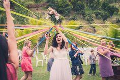 Foto por Union Imagens ❤ Aline & Fagner em Guarapari/ES.  Decoração de casamento rústica. Hora de jogar o buquê - buquê com fitas! | Rustic wedding + Throwing the bouquet