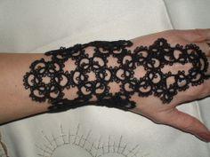 Bracelet en dentelle frivolite , gothique , bracelet dentelle noire , mitain noir : Bracelet par carmentatting