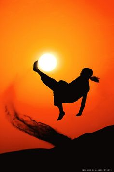 太陽をオーバーヘッドキックする画像が話題です。 | A!@Atsuhiko Takahashi