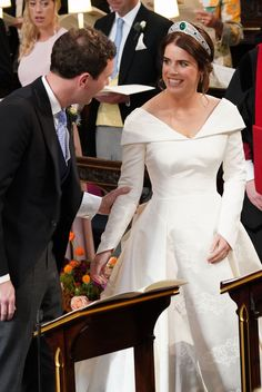 The wedding ceremony of Princess Eugenie of York to Jack Brooksbank at St George's Chapel in Windsor Castle on October 2018 in Windsor, England. (Photo by Jonathan Brady - WPA Pool/Getty Images) Royal Brides, Royal Weddings, Wedding Dresses Photos, Wedding Gowns, Princesa Eugenie, Eugenie Wedding, Jack Brooksbank, Eugenie Of York, Princess Beatrice