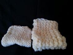 Mantinha da esquerda  de trico feita com 2 agulhas e a da direita no tear rústico
