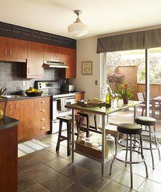 Maison de ville intemporelle | Les idées de ma maison  © TVA Publications | Photos: Yves Lefebvre #deco #ville #fraicheur #elegance #mobilier #intemporel #cuisine #armoire #ardoise #bois