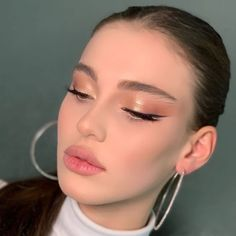 Nude Makeup, Glowy Makeup, Eyeshadow Makeup, Makeup Art, Beauty Makeup, Fairy Makeup, 50s Makeup, Peach Makeup, Subtle Makeup
