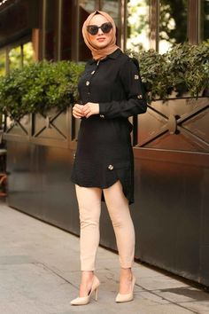 NAYLA COLLECTION - Nayla Collection - Düğmeli Siyah Tesettür Tunik 3748S Modern Hijab Fashion, Muslim Fashion, Stylish Dress Designs, Stylish Dresses, Hijab Outfit, Office Attire Women, Hijab Stile, Iranian Women Fashion, Hijab Fashionista