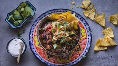 En meksikansk gryte som minner om chili con carne. Gryten er her laget med høyrygg som må stå å putre en stund til det blir mørt. Hurtig-tips : Bytt ut høyrygg med kjøttdeig eller karbonadedeig. Da holder det at gryten kokes en halvtimes tid. Brun kjøttdeigen sammen med løk, hvitløk og chili. Tilsett resten av ingrediensene, men vent med bønner og ris. Det blander du inn helt til slutt. Kokt ris kan eventuelt serveres ved siden av - ikke blandes inn i gryten. Tex Mex, Hummus, Tacos, Curry, Food And Drink, Mexican, Ethnic Recipes, Eat, Chili Con Carne
